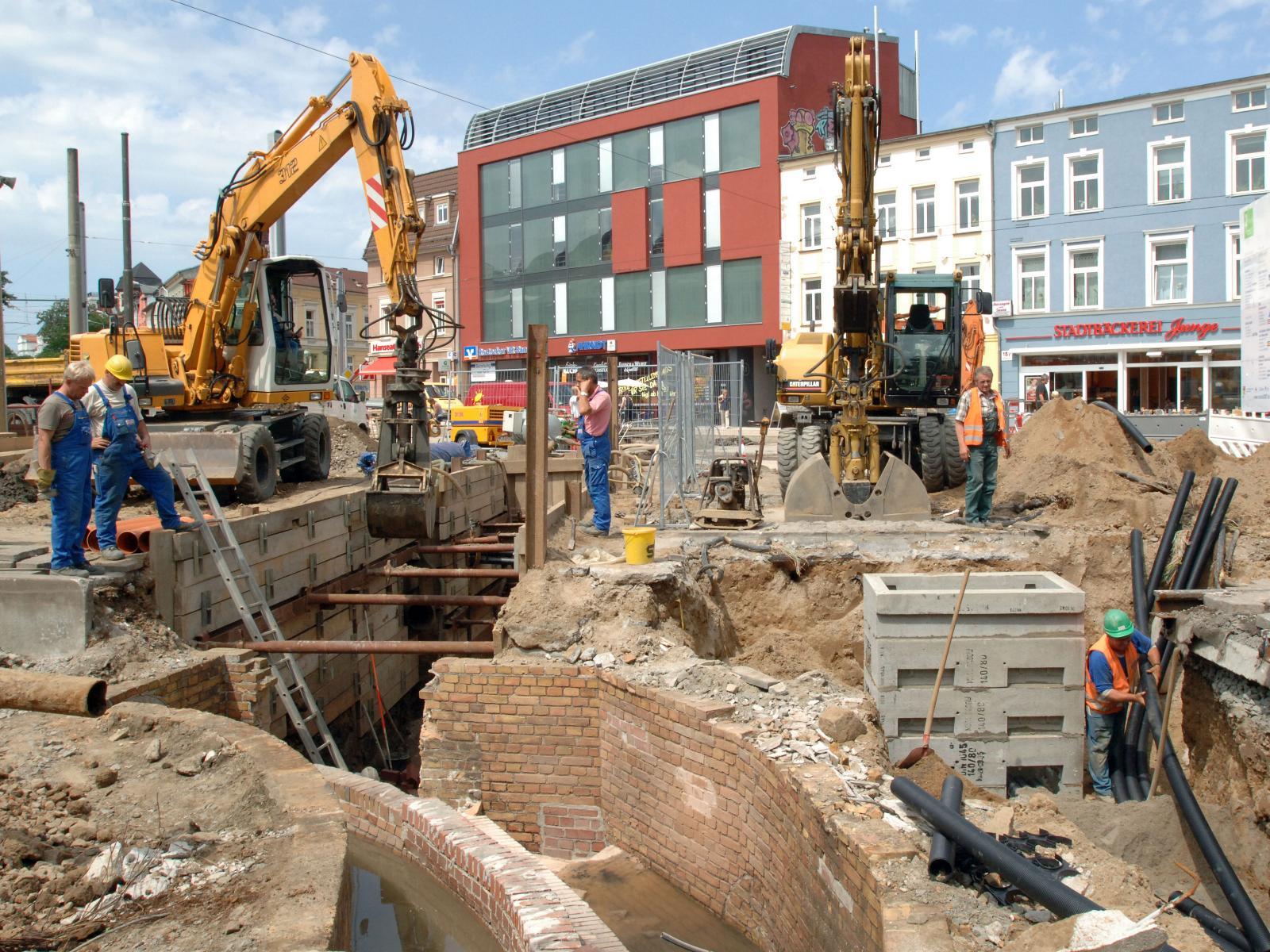 2006 - Wir verbessern kontinuierlich die Infrastruktur der Stadt wie hier am Doberaner Platz.
