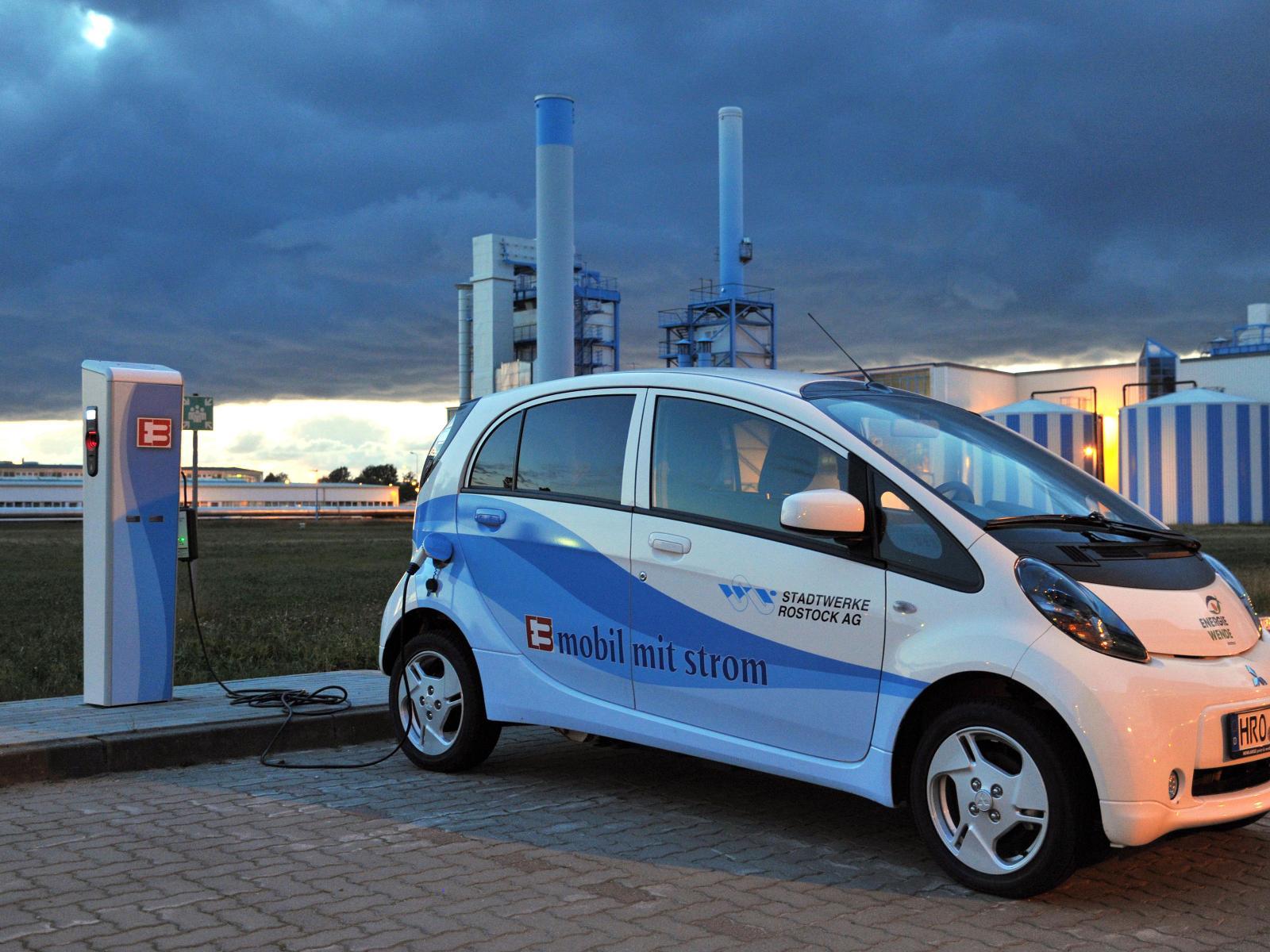2011 - Unser erstes E-Auto sowie die erste Ladesäule auf unserem Betriebsgelände