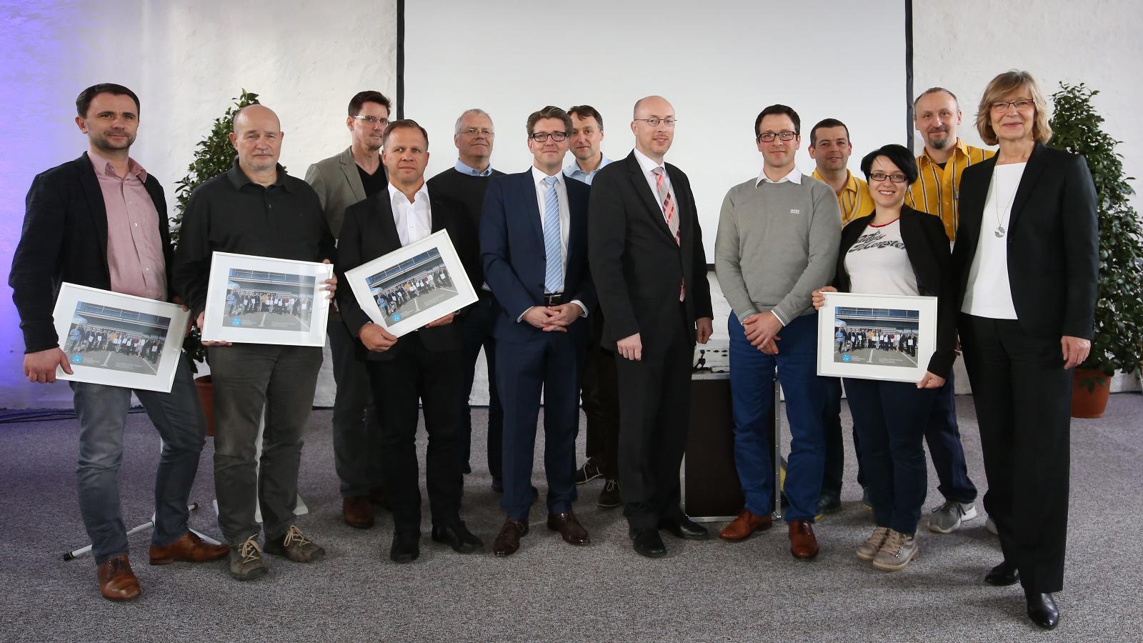 Vertreter der teilnehmenden Unternehmen zum Abschluss der Energie-Initiative im ehemaligen Gaswerk. Foto: Margit Wild