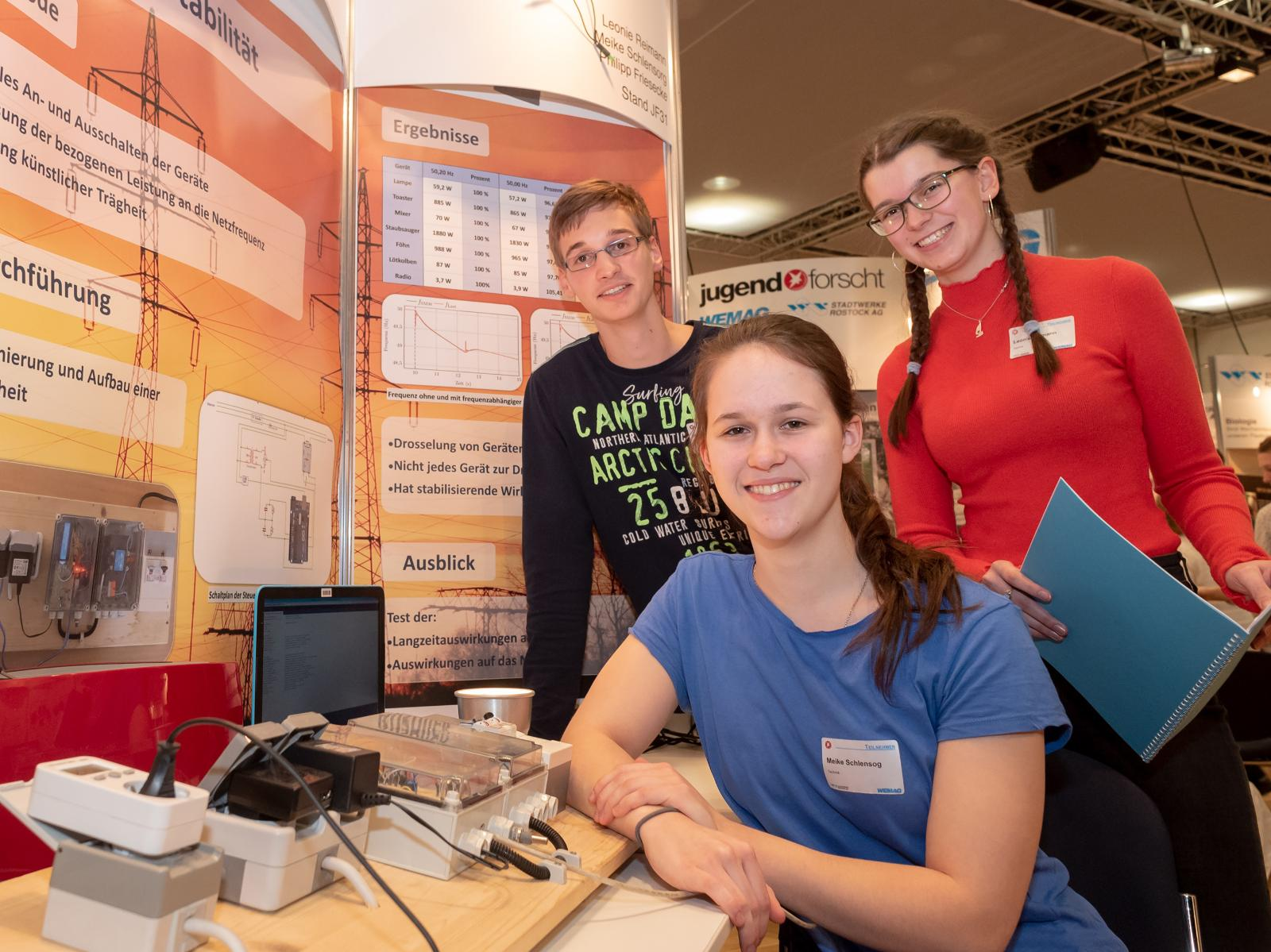"""Meike Schlensorg (vorne), Philipp Friesecke und Leonie Reimann hatten sich des Themas """"Netzstabilität"""" angenommen. Foto: Georg Scharnweber"""