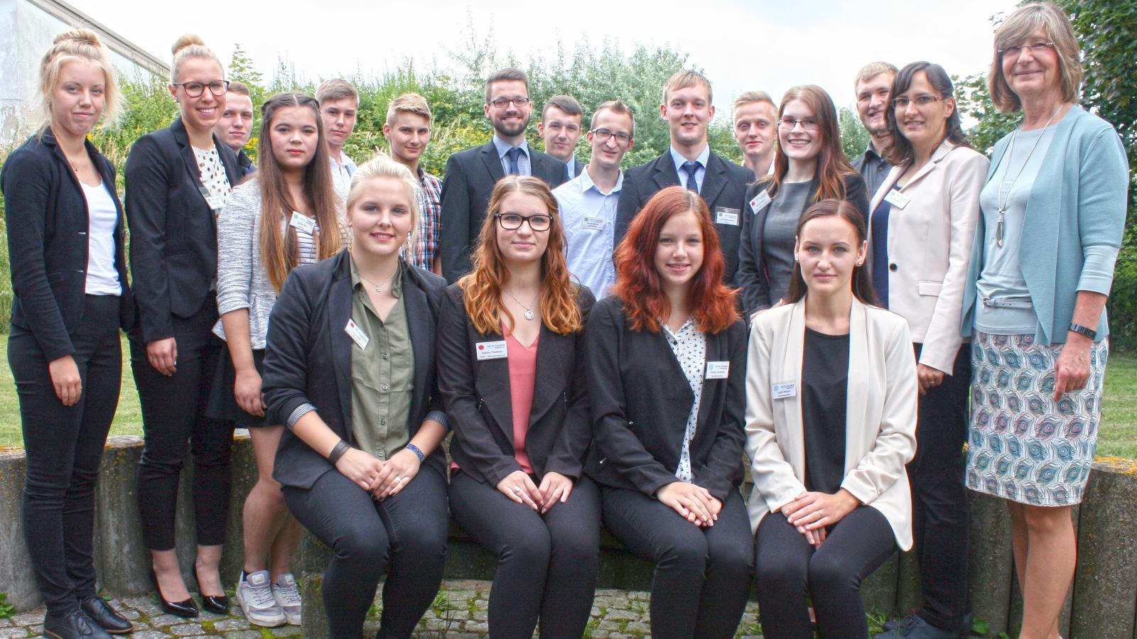 Ute Römer (r.), Vorstand der Stadtwerke Rostock AG, begrüßte im EnergieTreff die 14 neuen Auszubildenden und vier Trainees.