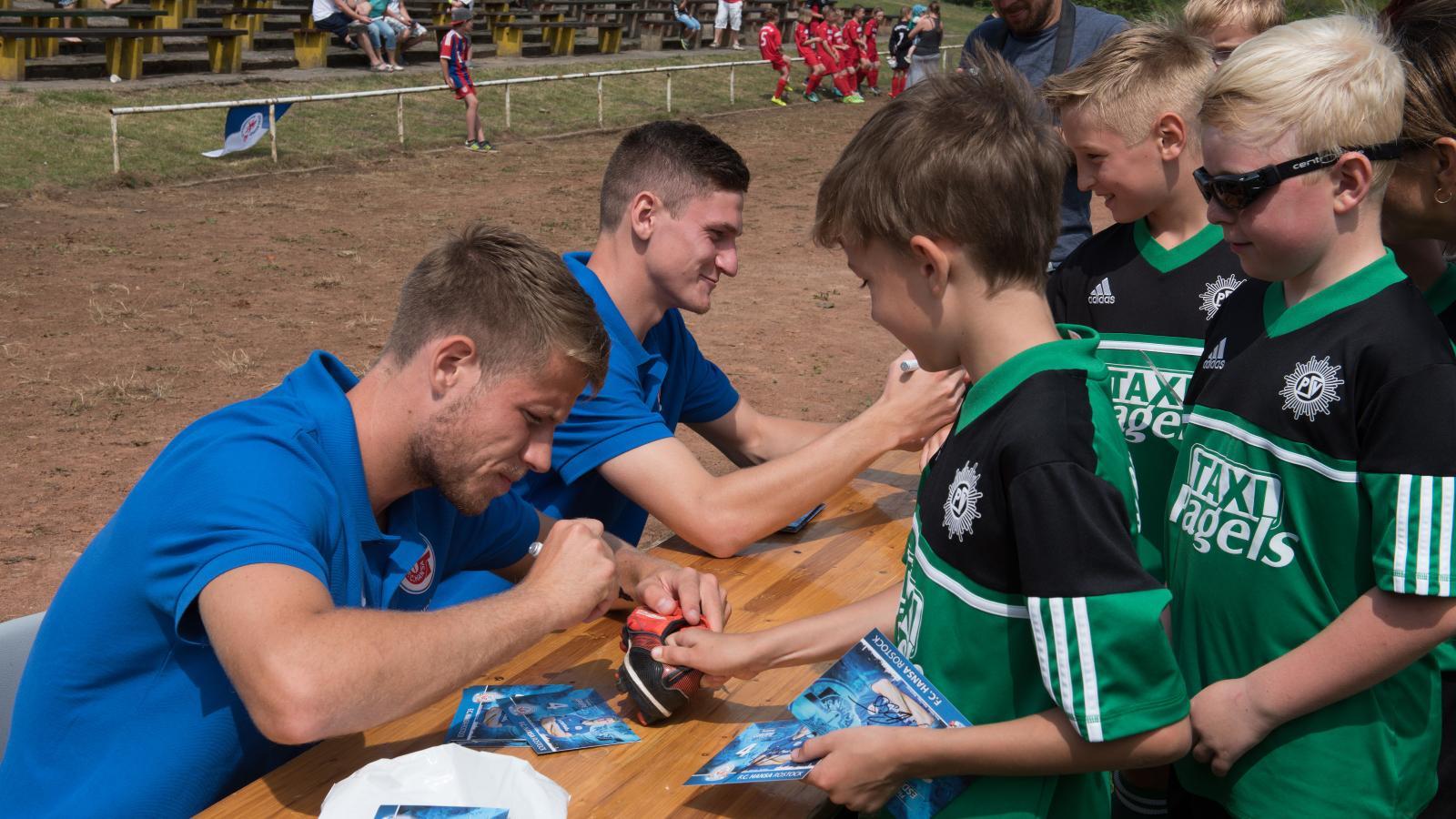 Florian Esdorf und Tommy Grupe (F.C. Hansa) verteilen fleißig Autogramme. Foto: Margit Wild