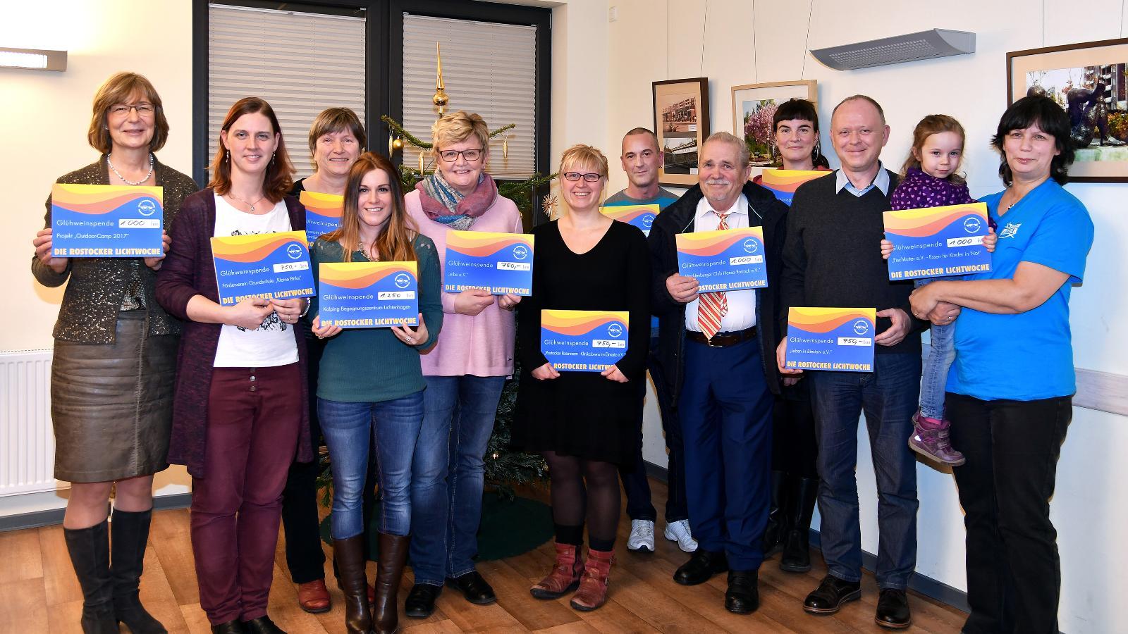 Vertreter der Vereine nehmen von Ute Römer (l.), Vorstand der Stadtwerke Rostock, die Spendenchecks entgegen. Foto: Joachim Kloock