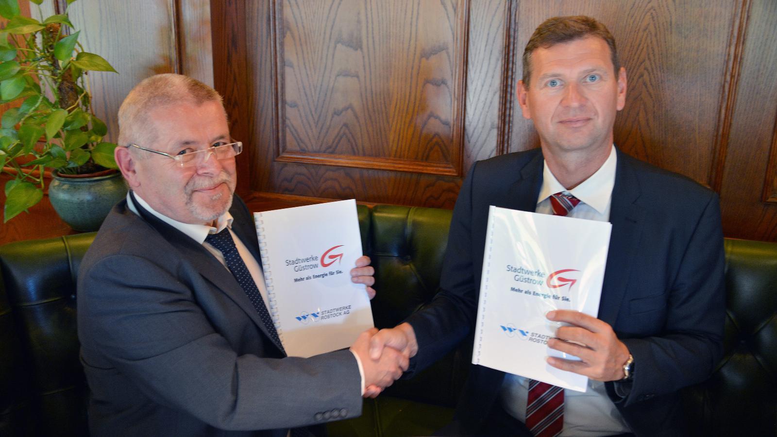 Edgar Föniger, Geschäftsführer der Stadtwerke Güstrow GmbH und Oliver Brünnich, Vorstandsvorsitzender der Stadtwerke Rostock AG