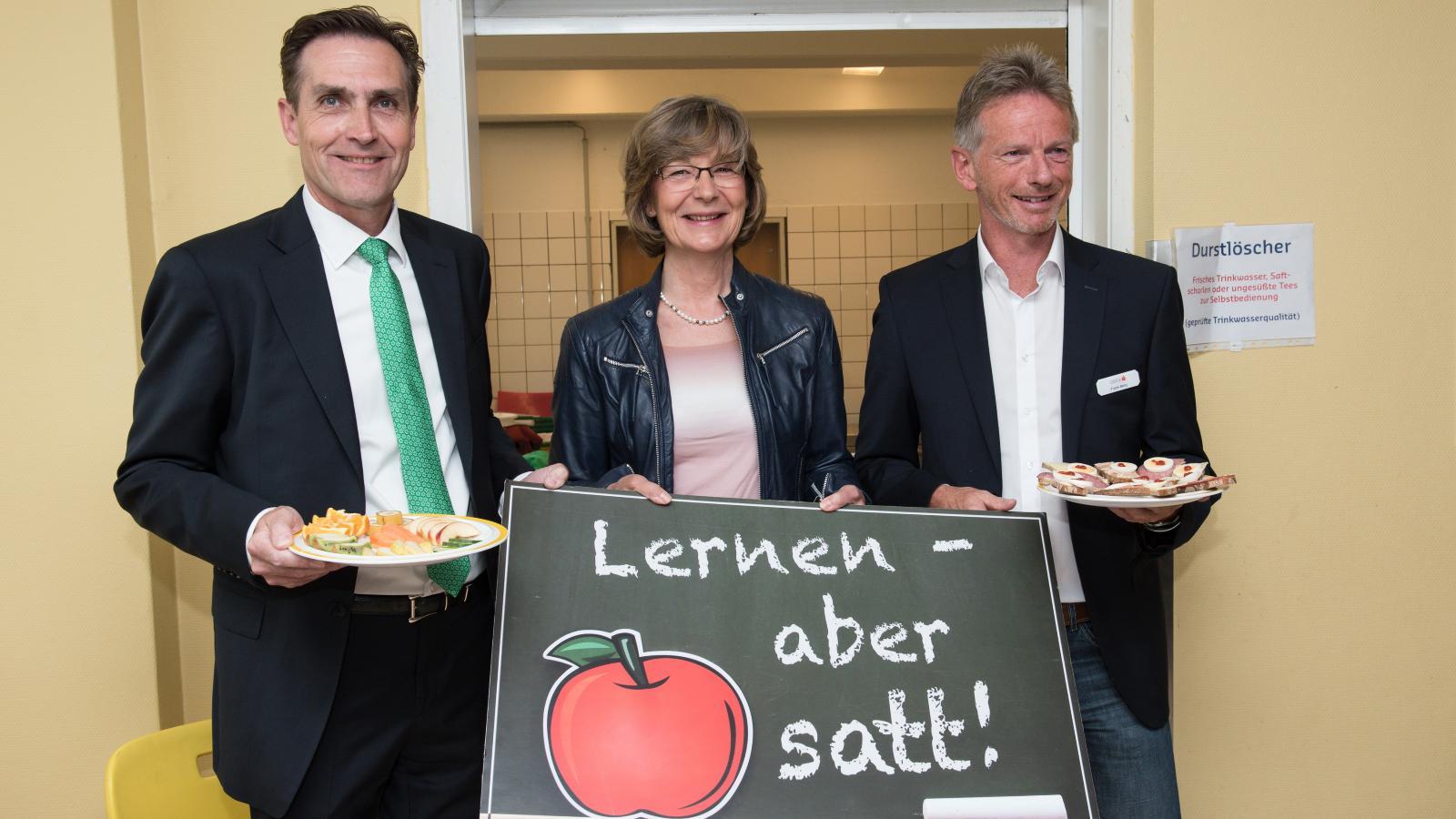Überzeugen sich von der Vielfalt des Frühstücks: Ralf Zimlich (Vorsitzender der WIRO-Geschäftsführung), Ute Römer (Vorstand der Stadtwerke Rostock) und Frank Berg (OSPA-Vorstandsvorsitzender). Foto: Margit Wild
