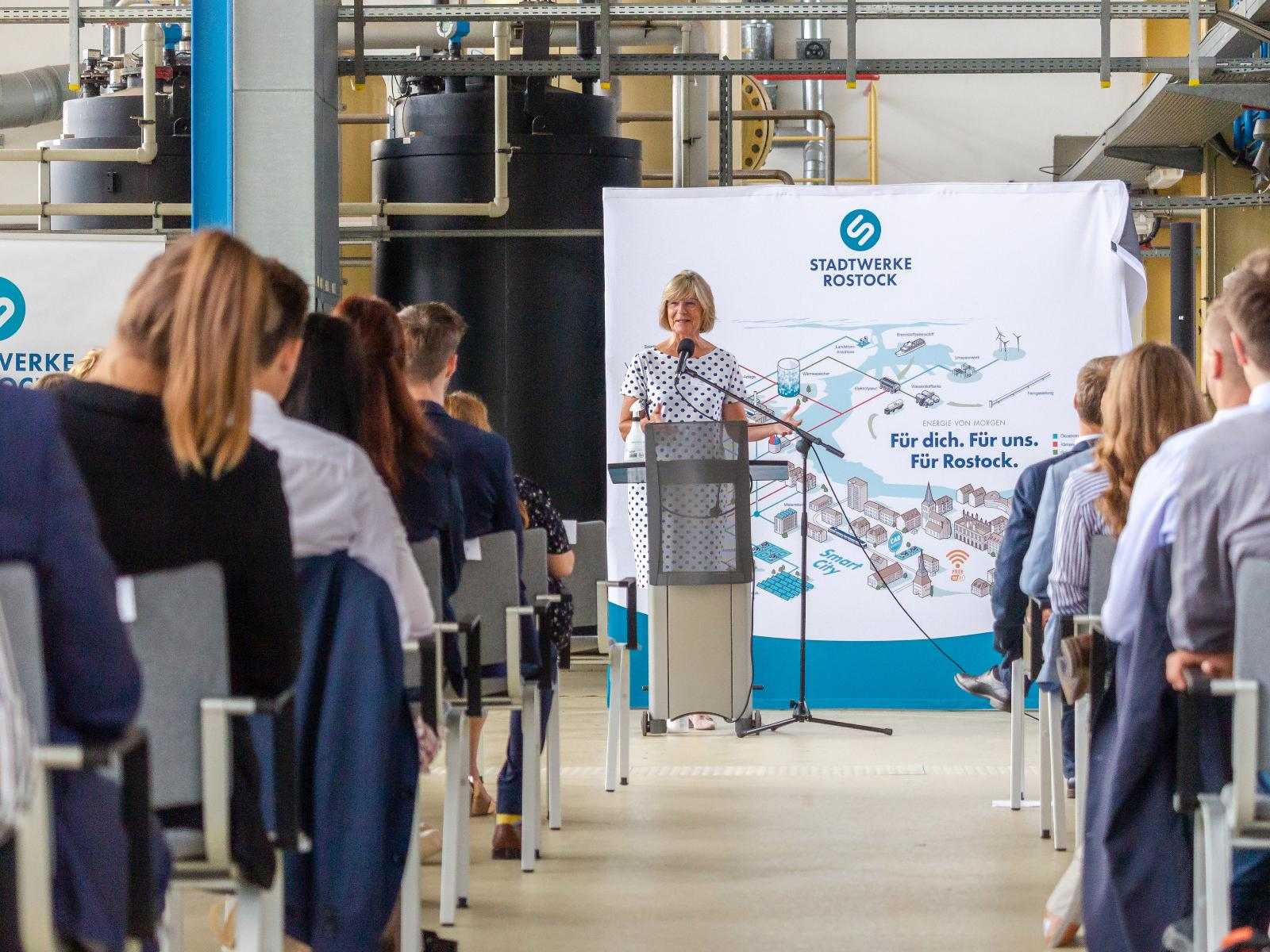 Vorstand Ute Römer begrüßt die neuen Auszubildenden und Trainees