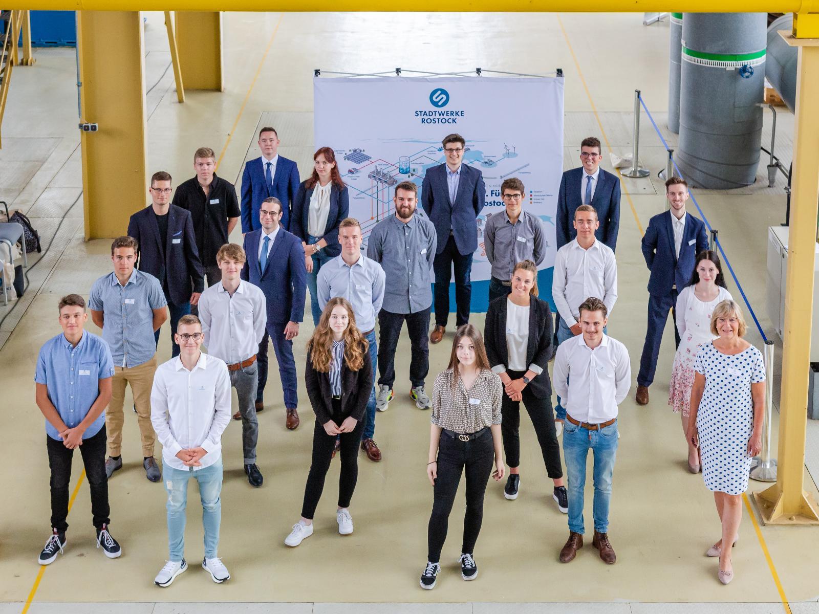 Die neuen Auszubildenden, Trainees und Vorstand Ute Römer