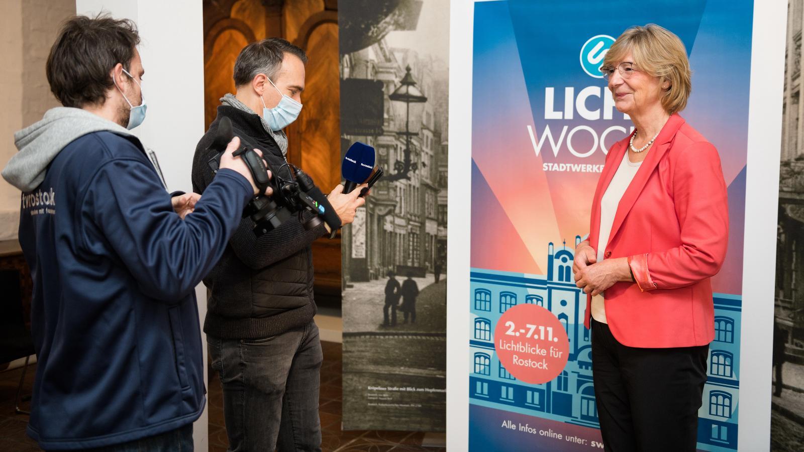 Ute Römer, Vorstand der Stadtwerke Rostock, präsentiert das neue Konzept zur Lichtwoche 2020. Foto: Margit Wild.