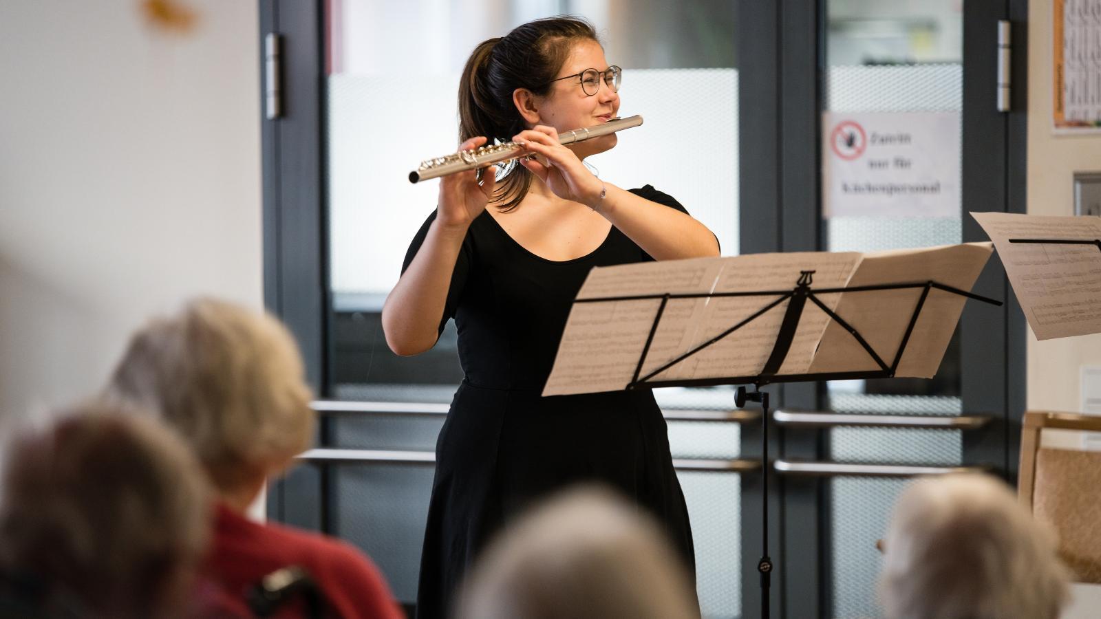 """Klassische Instrumente in ungewöhnlicher Kulisse: Johanna Mill an der Flöte im AWO-Pflegewohnen """"Am Wasserturm"""". Foto: Margit Wild."""