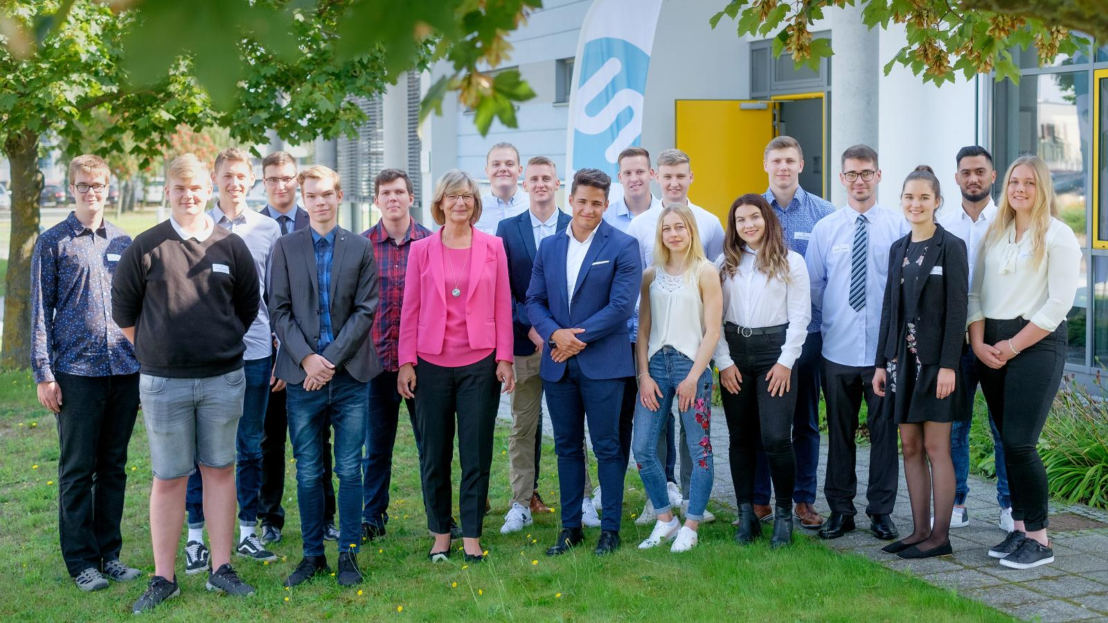Die 18 neuen Auszubildenden mit Stadtwerke Vorstandsmitglied Ute Römer. (Fotograf: Georg Scharnweber)