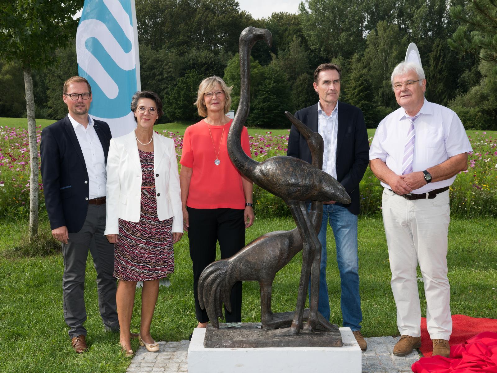 Zusammen präsentierten die Unterstützer des Projekts die restaurierte Vogel-Plastik. Foto: Margit Wild