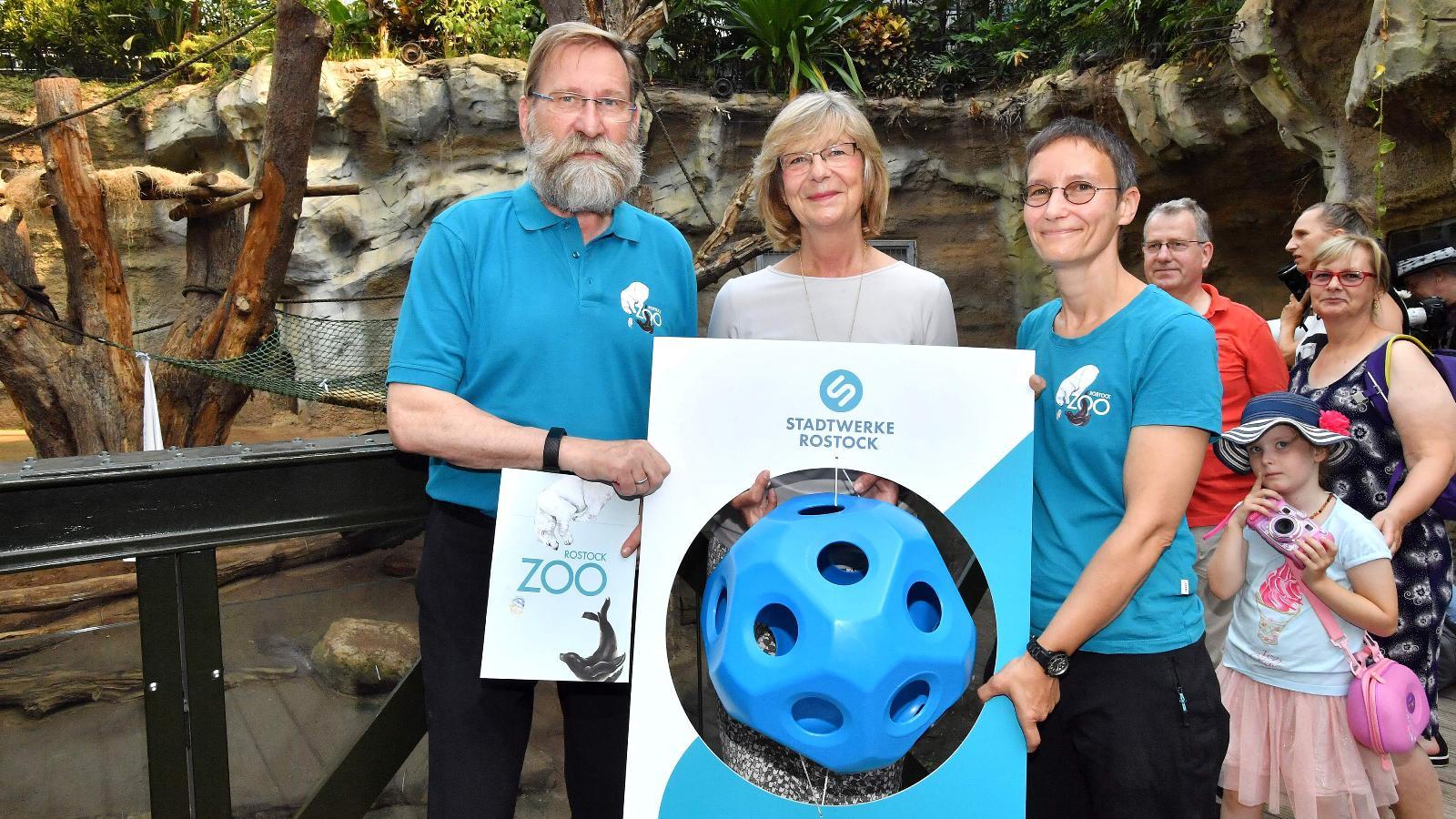 Zoodirektor Udo Nagel, Stadtwerke-Vorstand Ute Römer überreichten dem Silberrücken Assumbo ein Geburtstagsgeschenk mithilfe seiner Tierpflegerin. Foto: J. Kloock