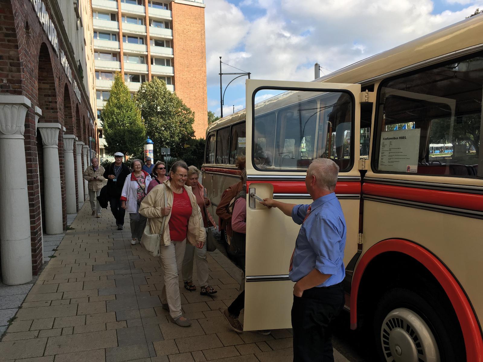 Der historische Bus der Rostocker Straßenbahn unterwegs mit unseren Kunden.