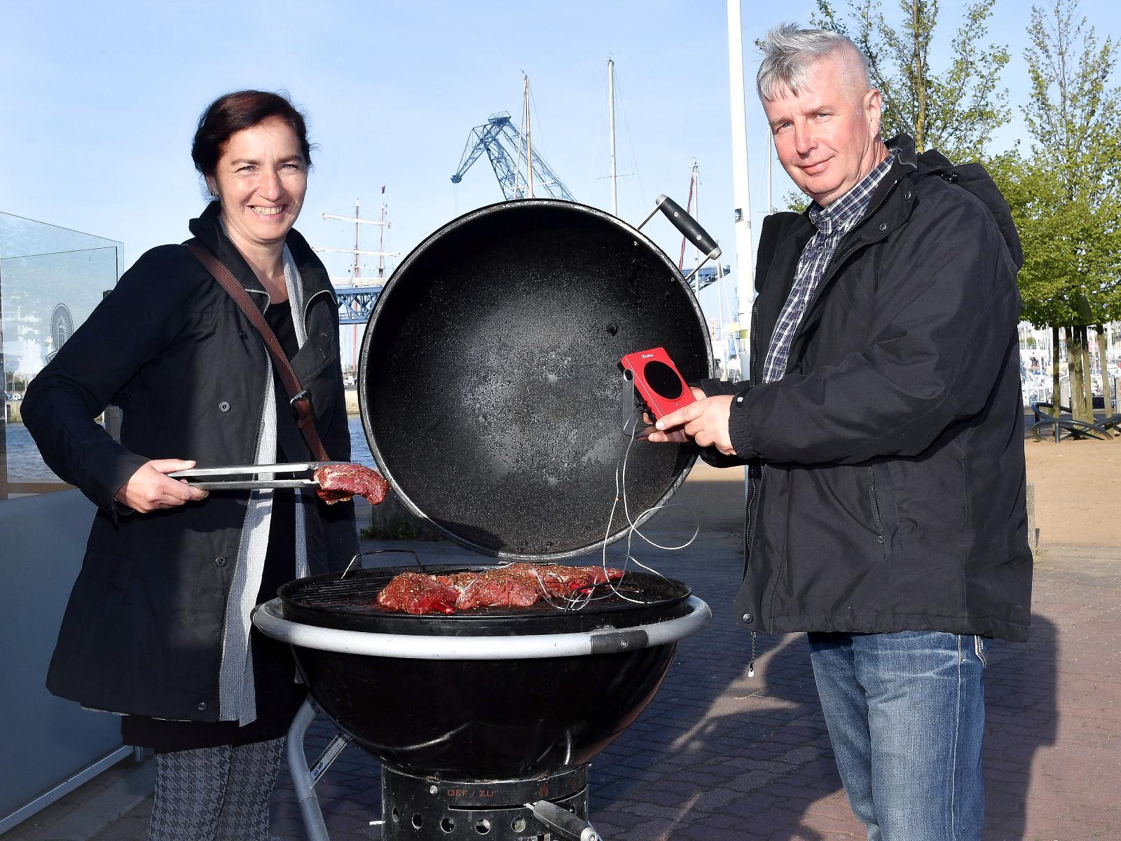 Alles, was auf den Grill kam, wurde von Thea und Wolfgang Müller auch neugierig probiert.