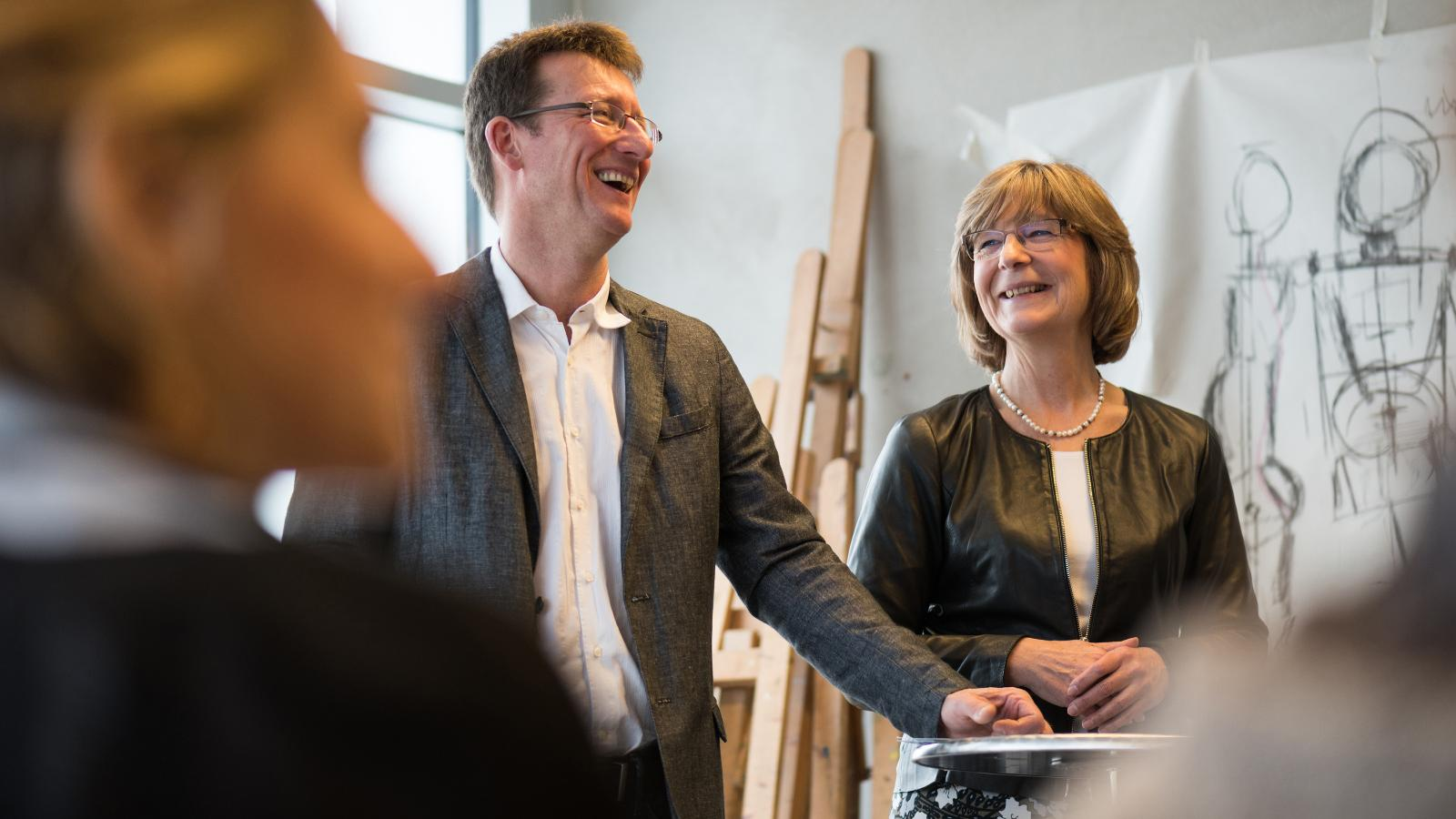 Sven Ehrecke, Vorstands-Mitglied der Karo gAG, und Ute Römer, Vorstands-Mitglied der Stadtwerke Rostock,  in den Räumen der Frieda 23