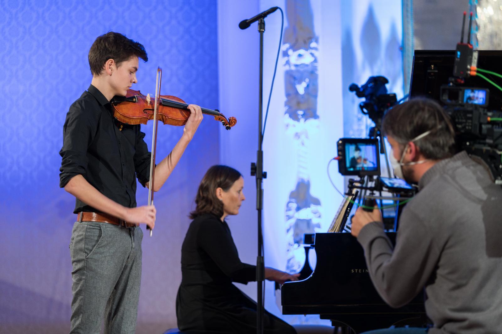 Junge Künstlerinnen und Künstler sorgen für ein schönes Ambiente im Barocksaal. Foto: Margit Wild