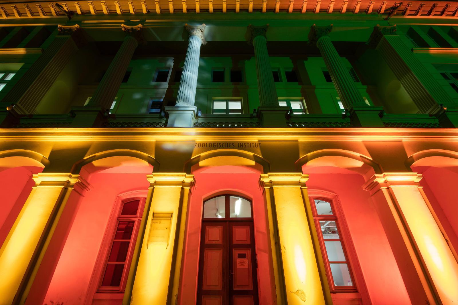 Das Zoologische Institut wechselte mehrmals am Abend die Farben.