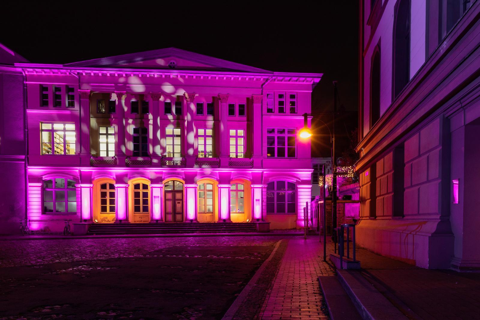 Vor dem Universitätsgebäude am Eingang zum Klosterhof.