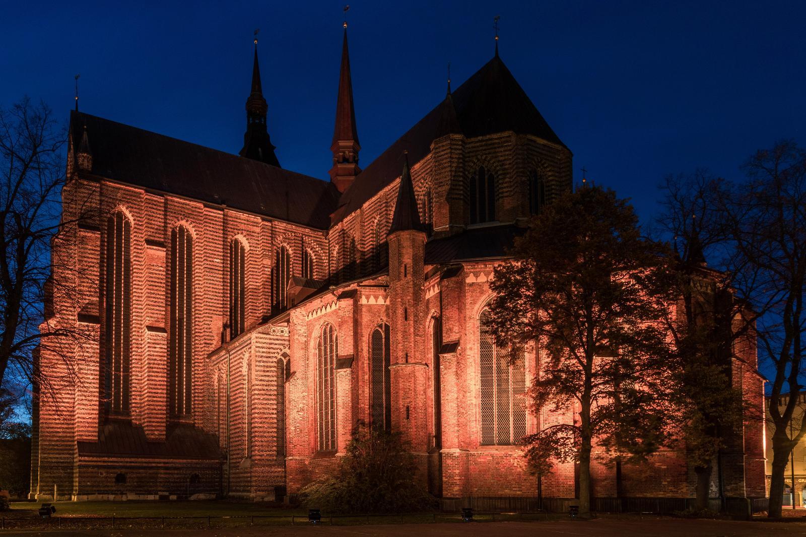 Rottöne betonten die Marienkirche.
