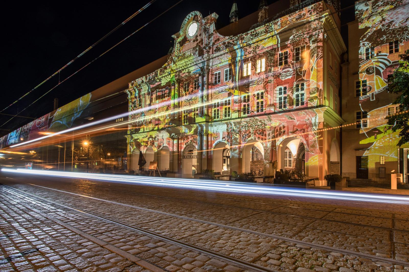 Das Rostocker Rathaus erstrahlte in wechselnden Fassaden.