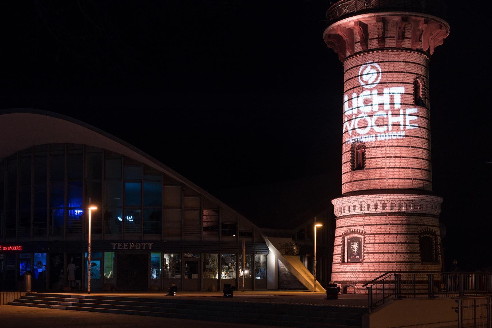 Der Warnemünder Leuchtturm war das erste Mal Bestandteil der Lichtwoche. Foto: Margit Wild