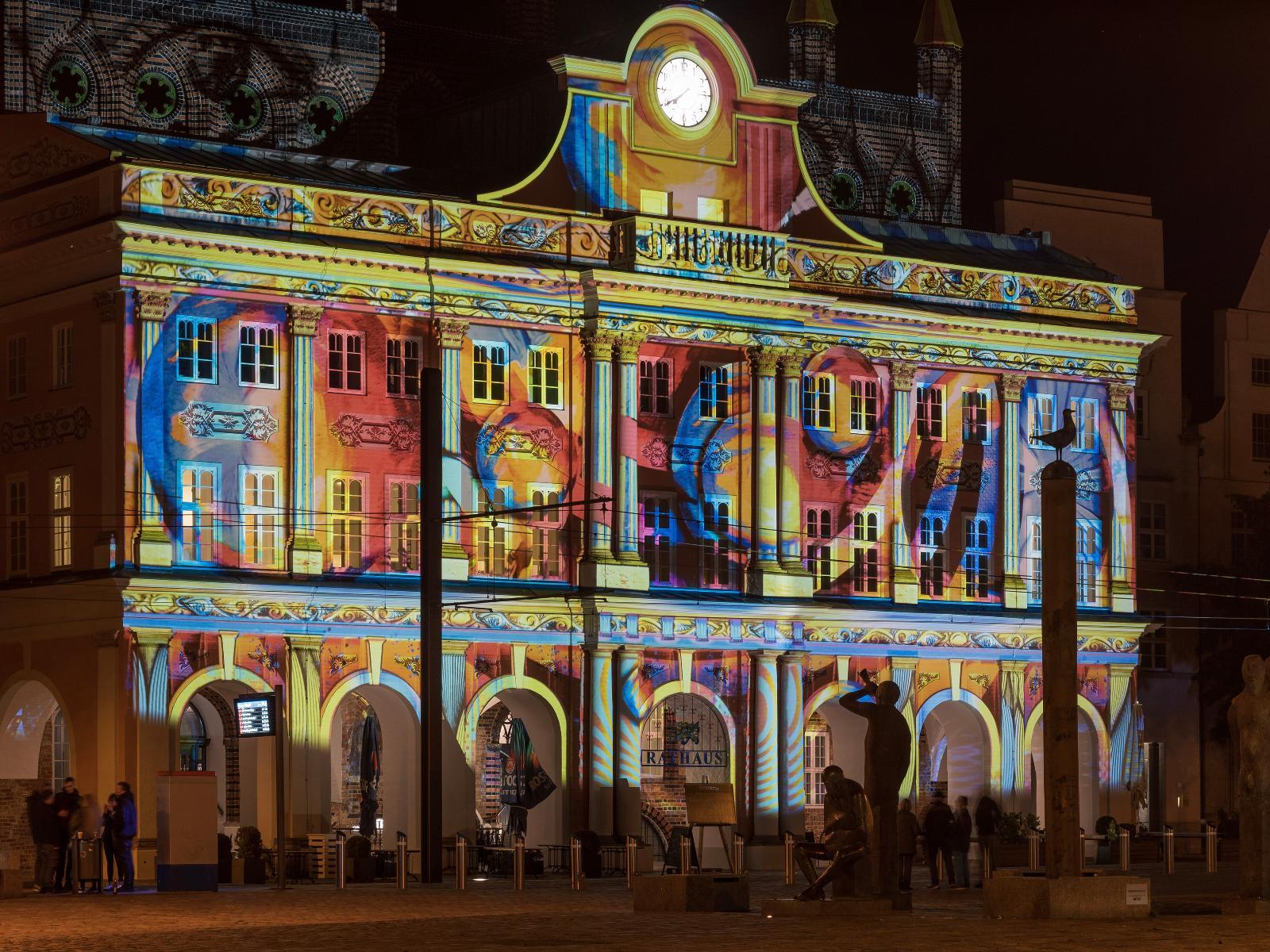 Das Rostocker Rathaus zeigt sich in völlig neuer Verkleidung - dank der Lichtwoche 2020 mit ihren Lichtblicken.