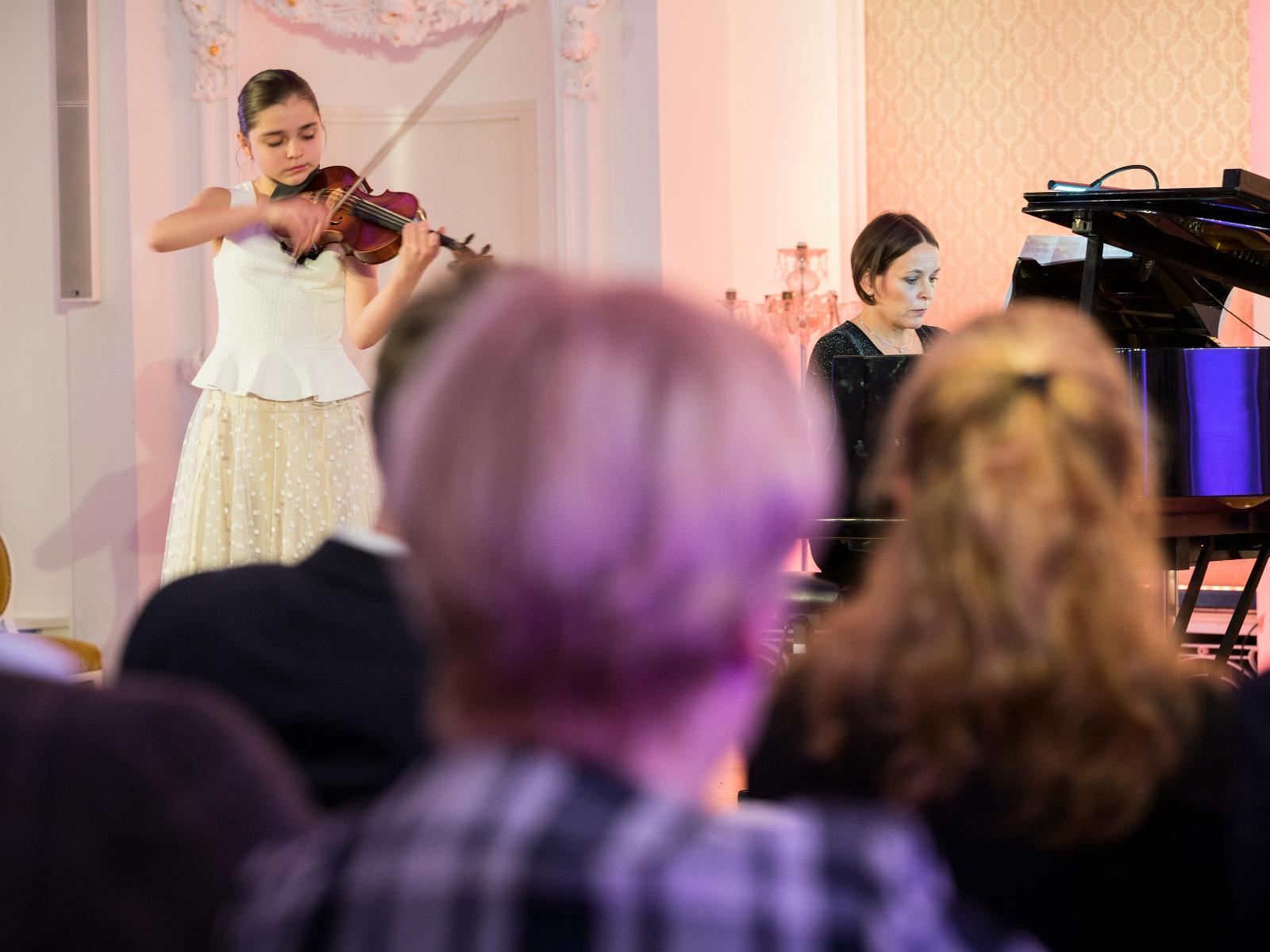 Violinistin beim Benefizkonzert im Barocksaal