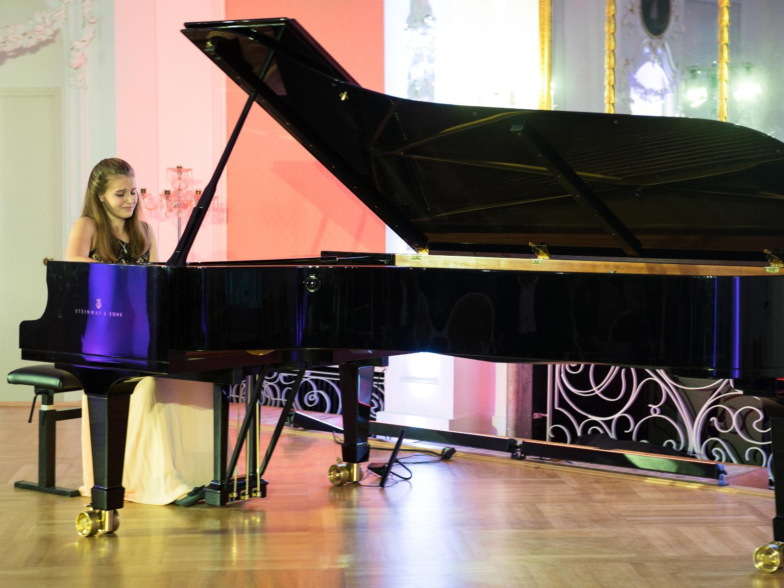 Pianistin beim Benefizkonzert im Barocksaal