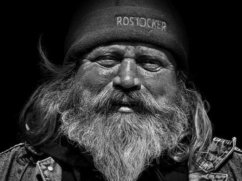 """Platz 1 des Fotowettbewerbs 2018: Fotograf Frank Hojenski """"Strandkorbvermieter Uli aus Warnemünde"""""""