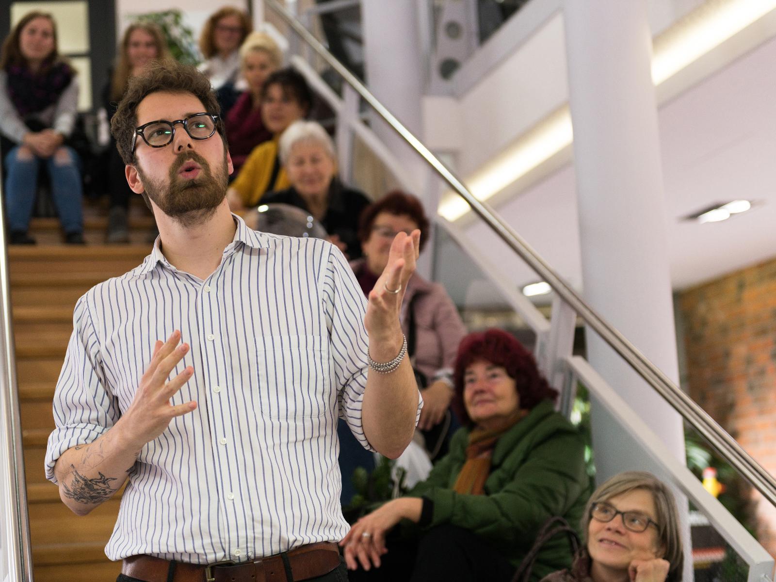 Kunst auf der Treppe: Poetry Slammer Diego Hagen