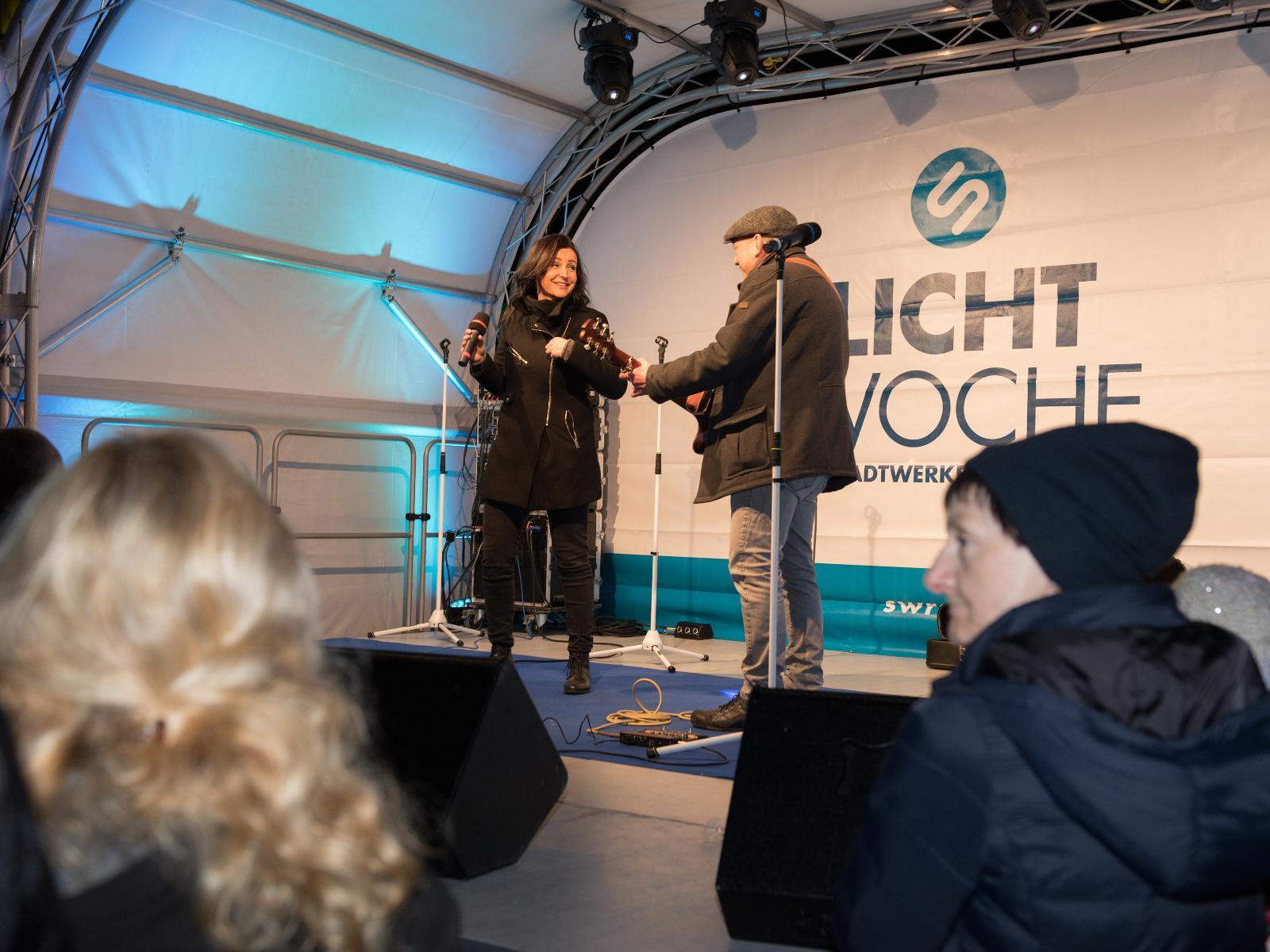 Musikalisch wurde das Publikum von dem Duo Zwei Punkt 17 unterhalten