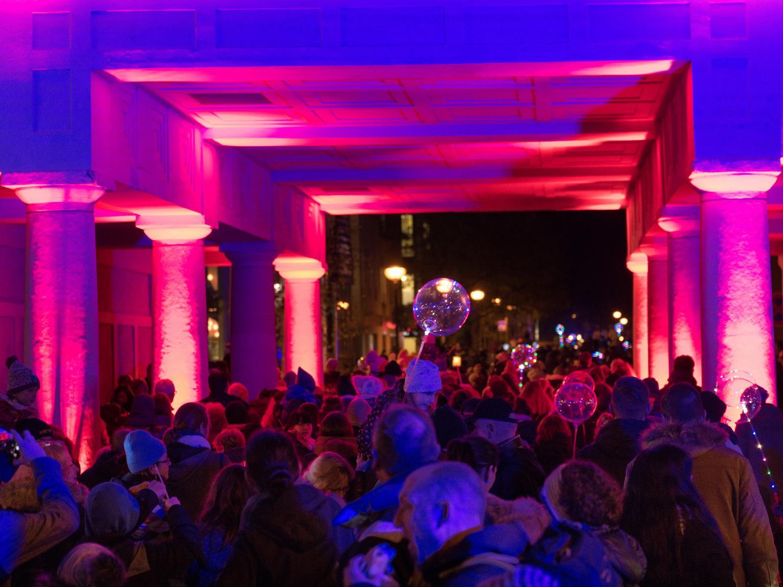 Um kurz vor 18 Uhr marschierte der Laternenumzug dann mit viele Getöse und Licht durch das Schwaansche Tor