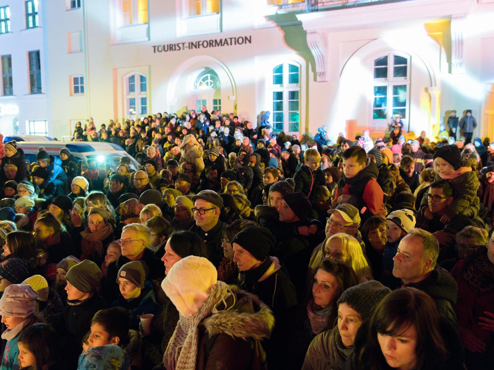 Die zahlreichen Besucher auf dem Uni-Platz staunen über die verschiedenen Aktionskünstler