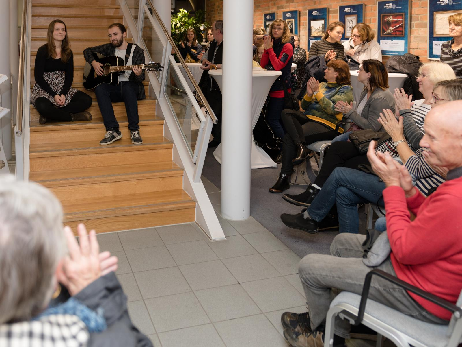Lena Steffan und Jonathan Hartzendorf, ein Pop-Duett mit Gitarre und zweistimmigem Gesang, unterhalten die Besucher bei
