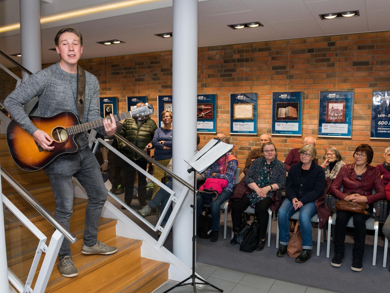 Der angehende Mathe- und Musiklehrer Dustin Saitzek sorgte für gute Stimmung bei Kunst auf der Treppe