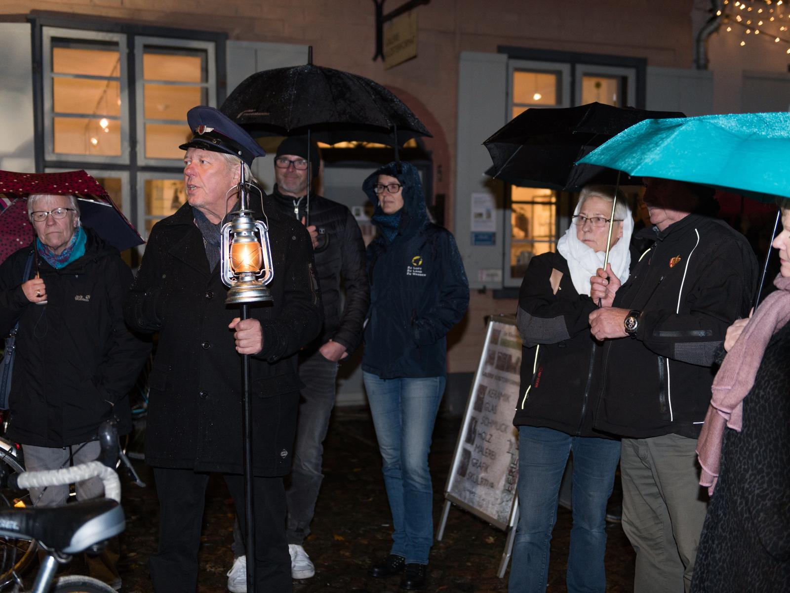 Laternenwärter vermitteln die Geschichte Rostocks