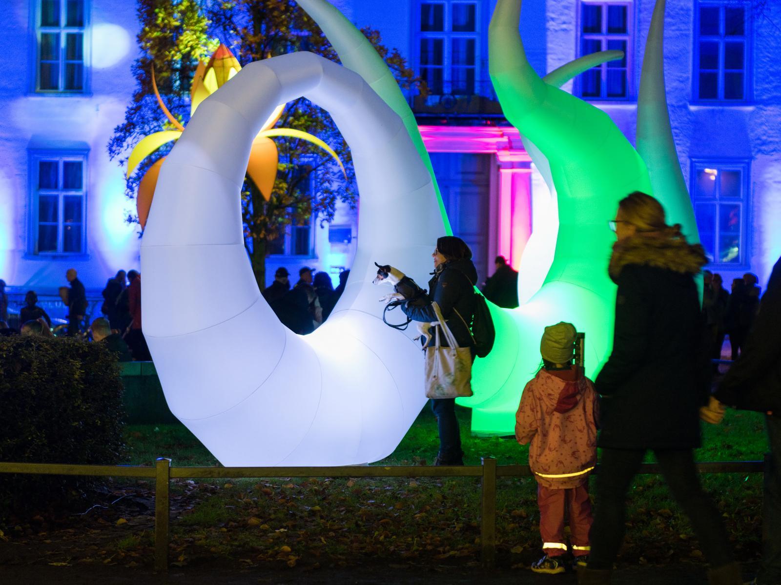 Licht-Skulpturen am Brunnen der Lebensfreude
