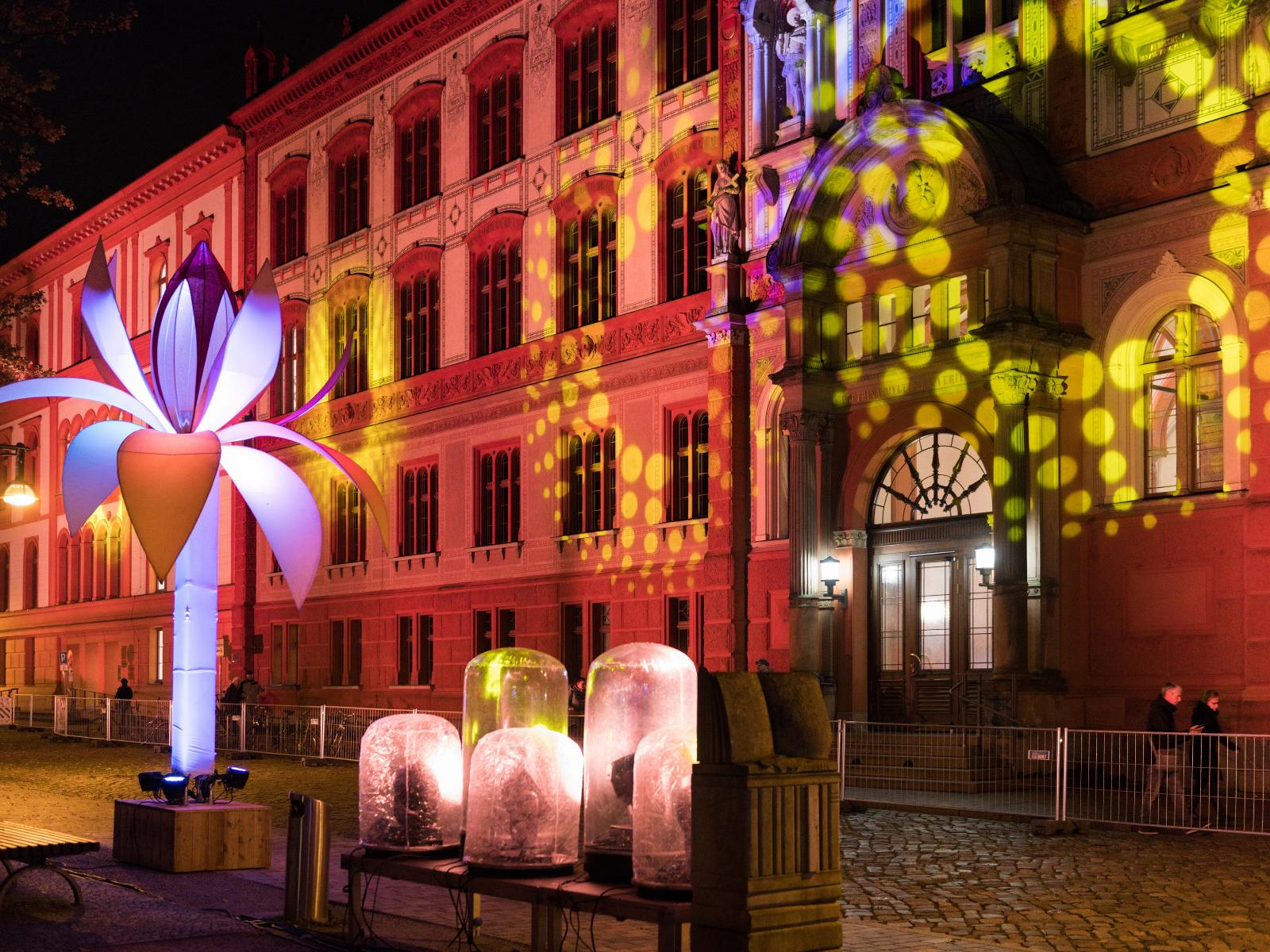 Farbspiele an der Fassade des Uni-Hauptgebäudes