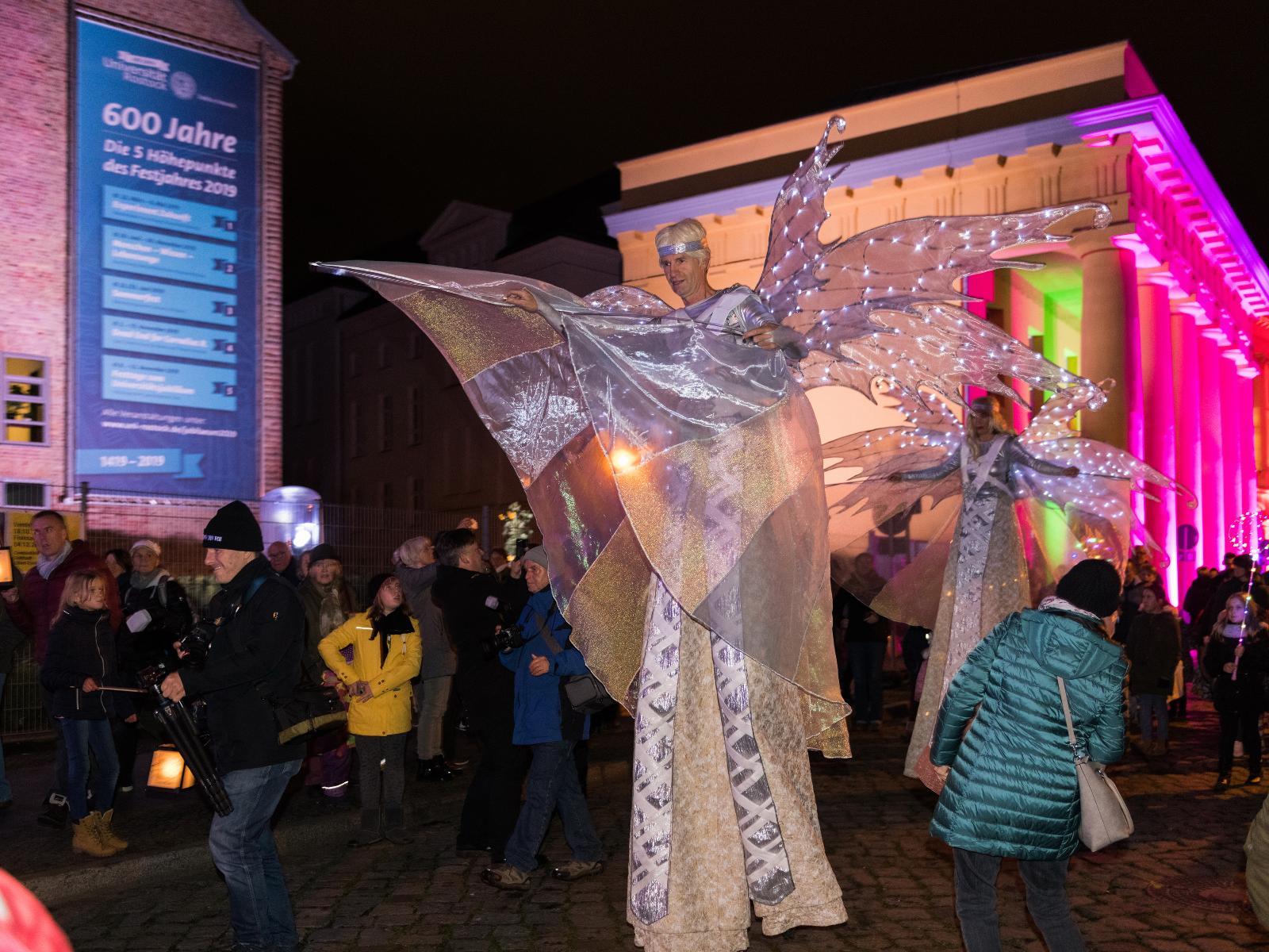 Die Lichtengel schwebten circa 1.30 Meter über den Köpfen der erstaunten Besucher auf dem Uni-Platz