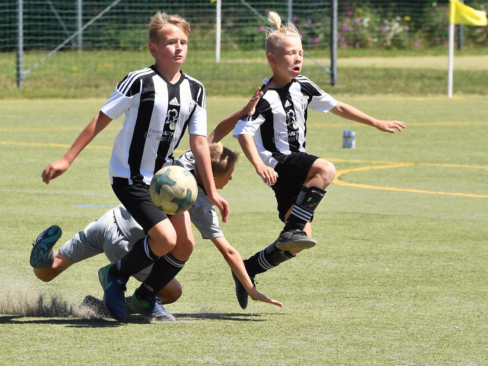 Die jungen Kicker auf dem Rasen