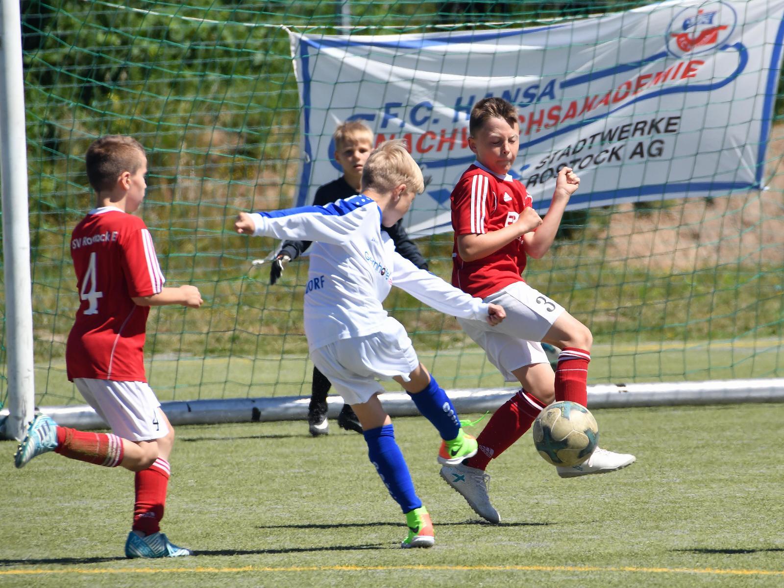 Die jungen Kicker zeigen Teamgeist beim Fußballpokal.