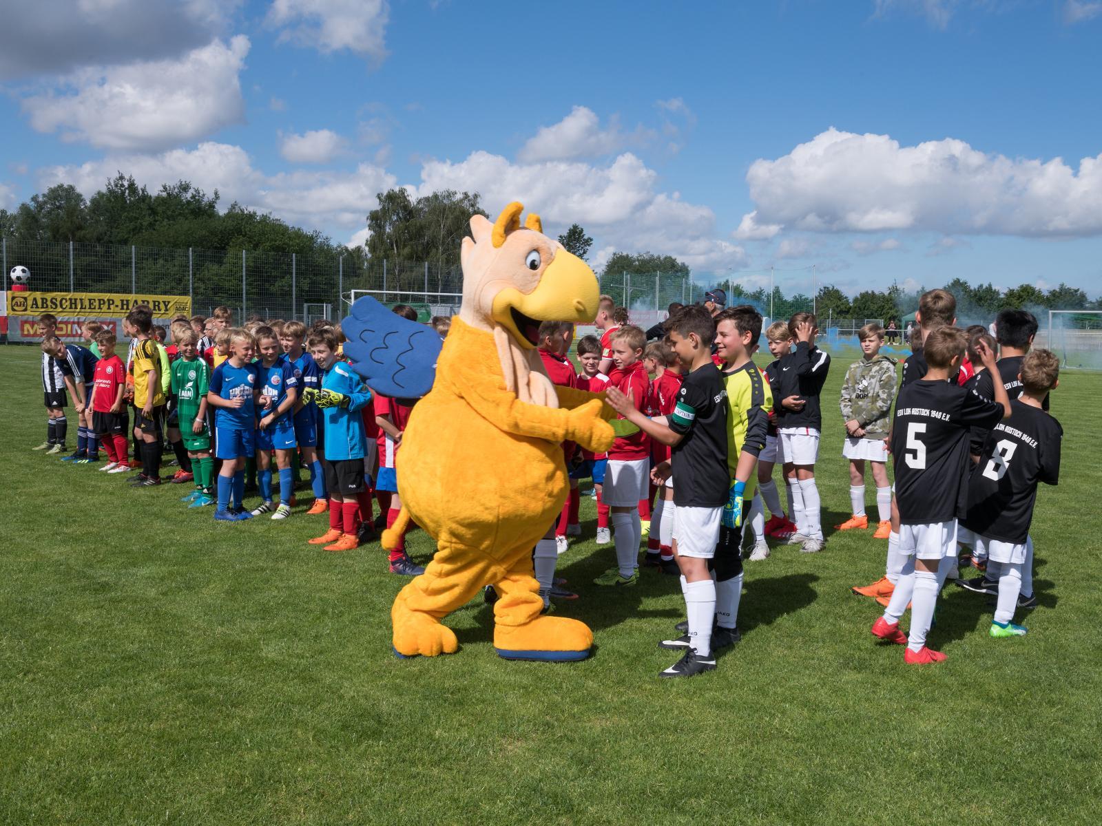 Im neuen Federkleid präsentierte sich der Stadtwerke-Stromer den Nachwuchs-Fußballern.
