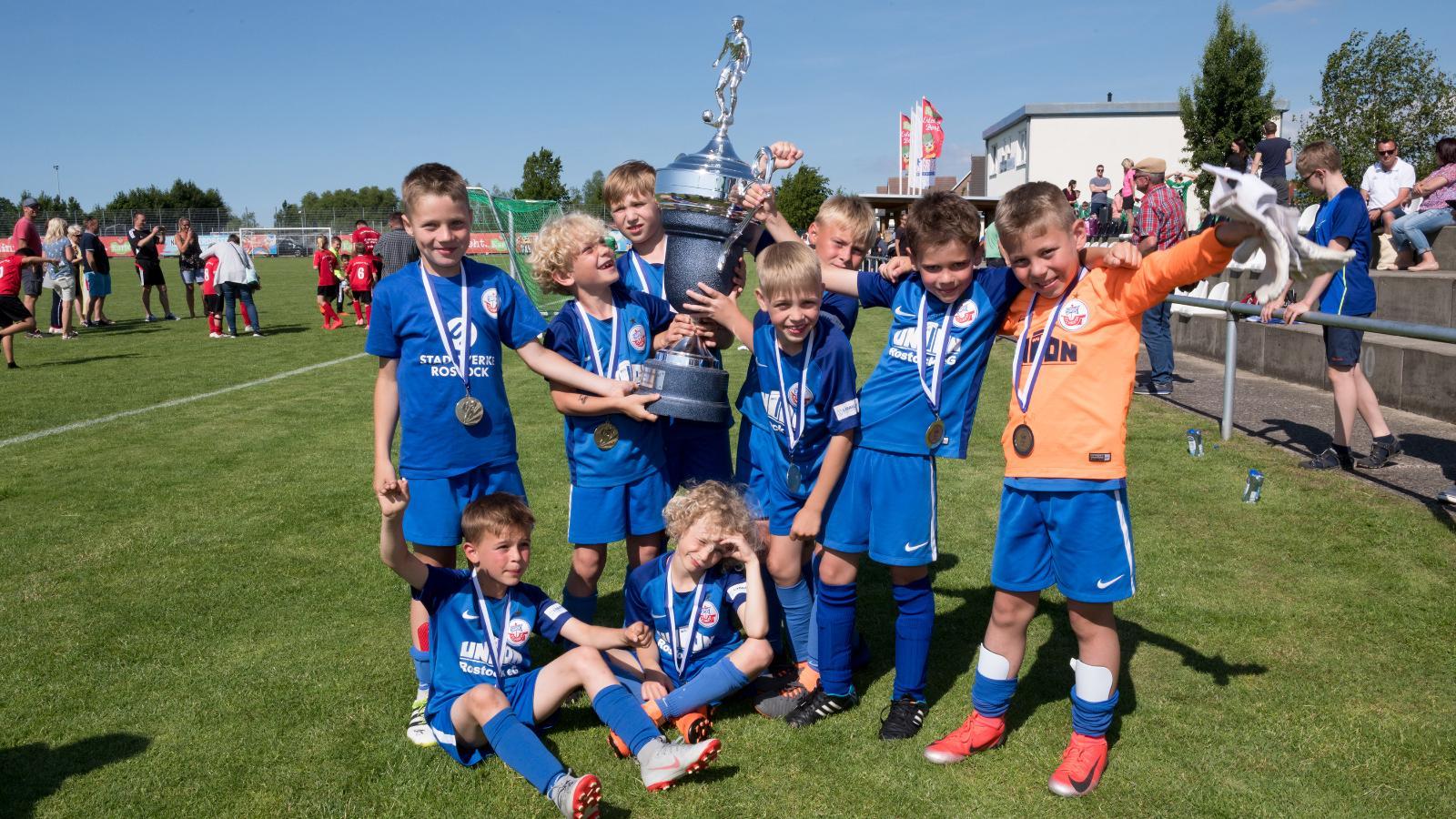 Die jungen Kicker zeigen Teamgeist beim Fußballpokal. So konnte sich die U9 von Hansa in diesem Jahr die begehrte Trophäe sichern. Foto: Margit Wild