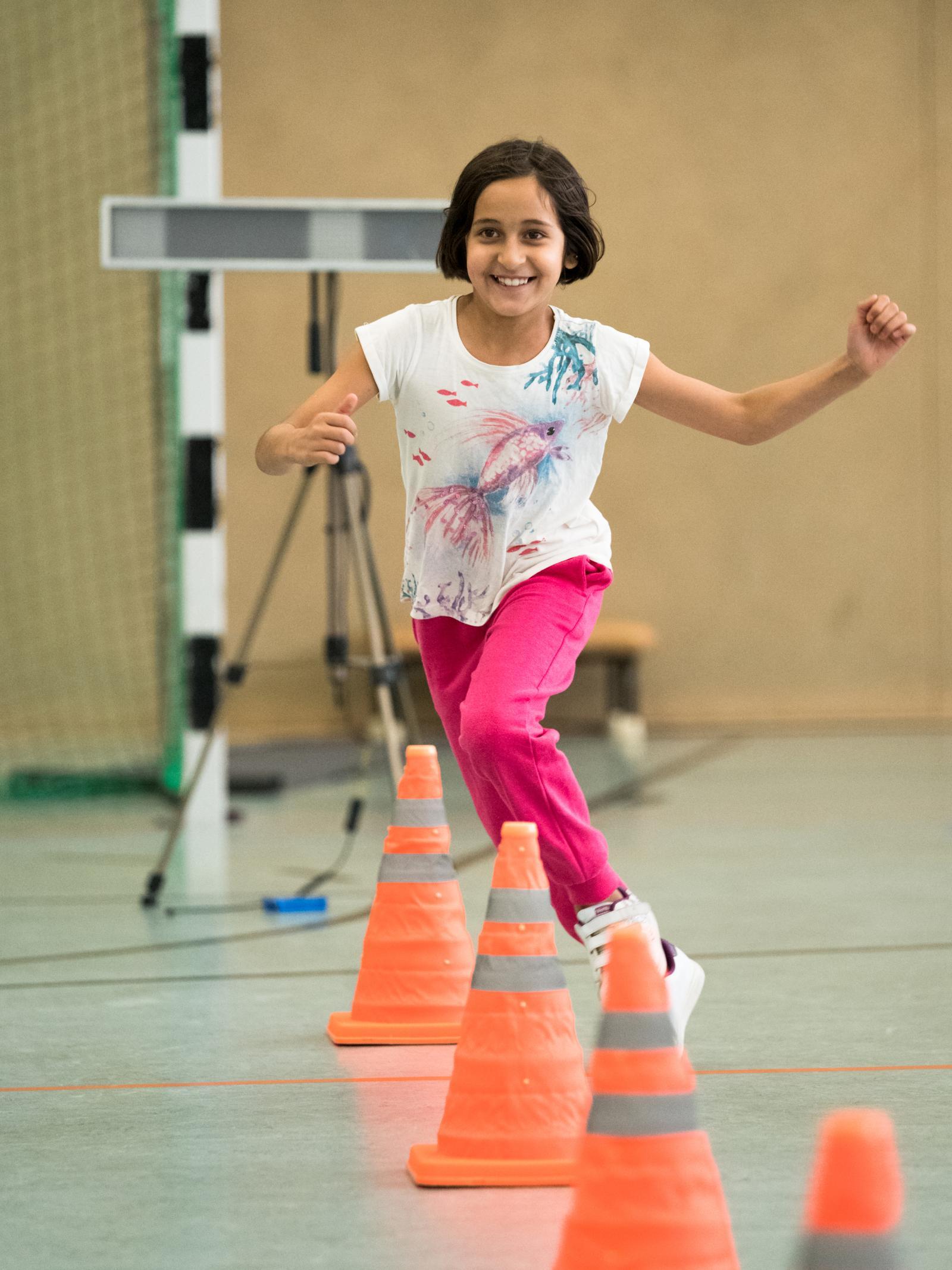 Mädchen im Slalom beim Kindersprint. Foto: Margit Wild