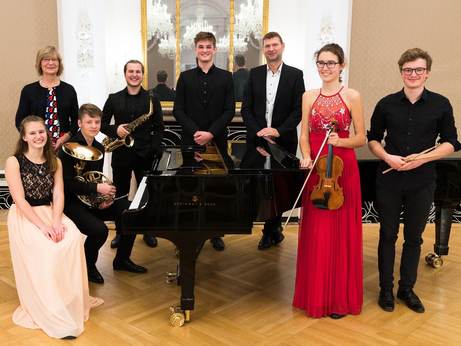 Vorstands-Vorsitzender Oliver Brünnich und Vorstands-Mitglied Ute Römer mit den Musikern der Young Academy Rostock