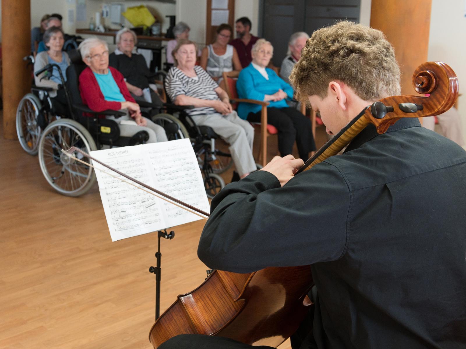 Die Senioren erfreuen sich an den Klängen des Cellos.