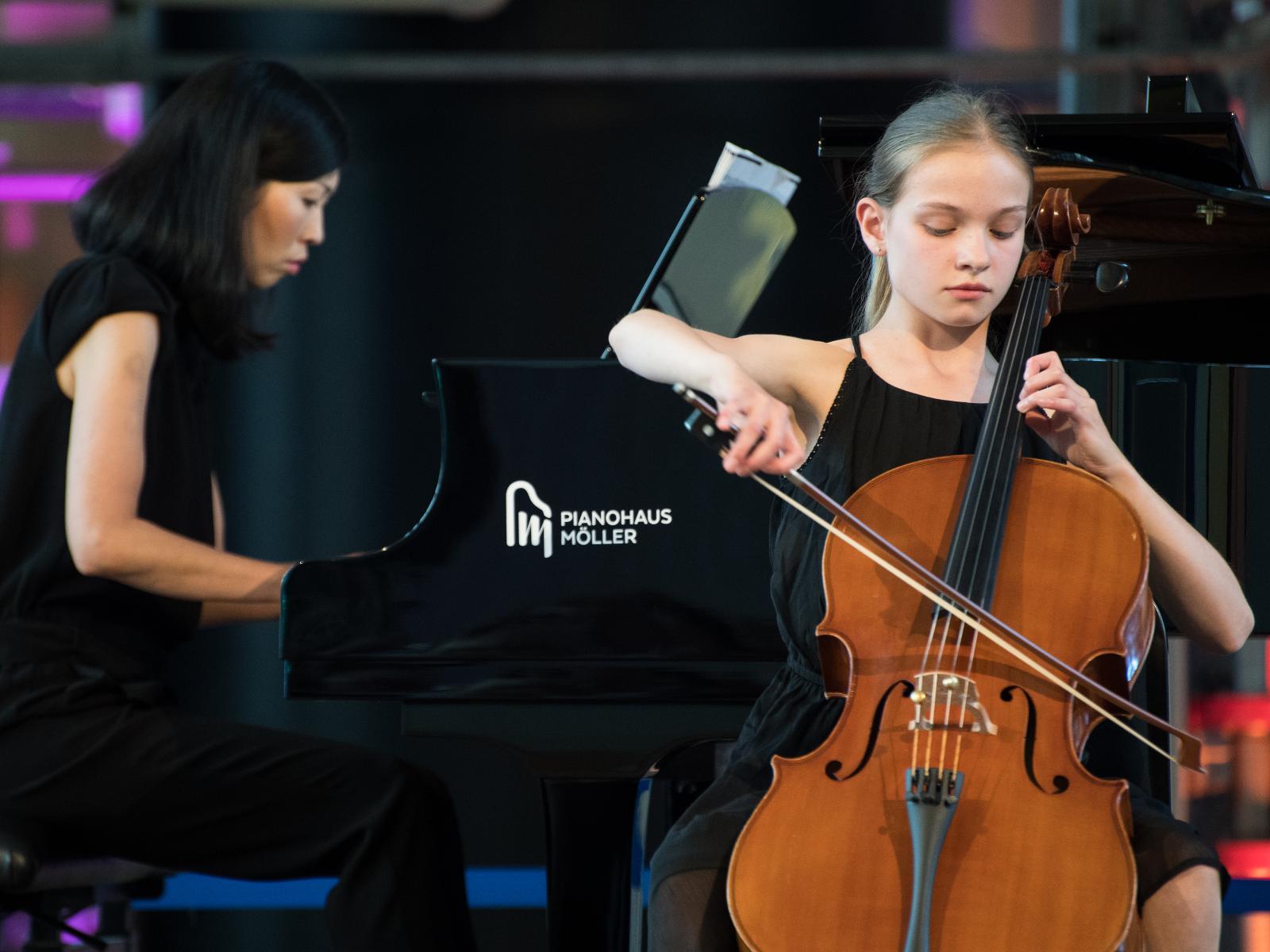 Paula Prudlo glänzt an ihrem Cello.