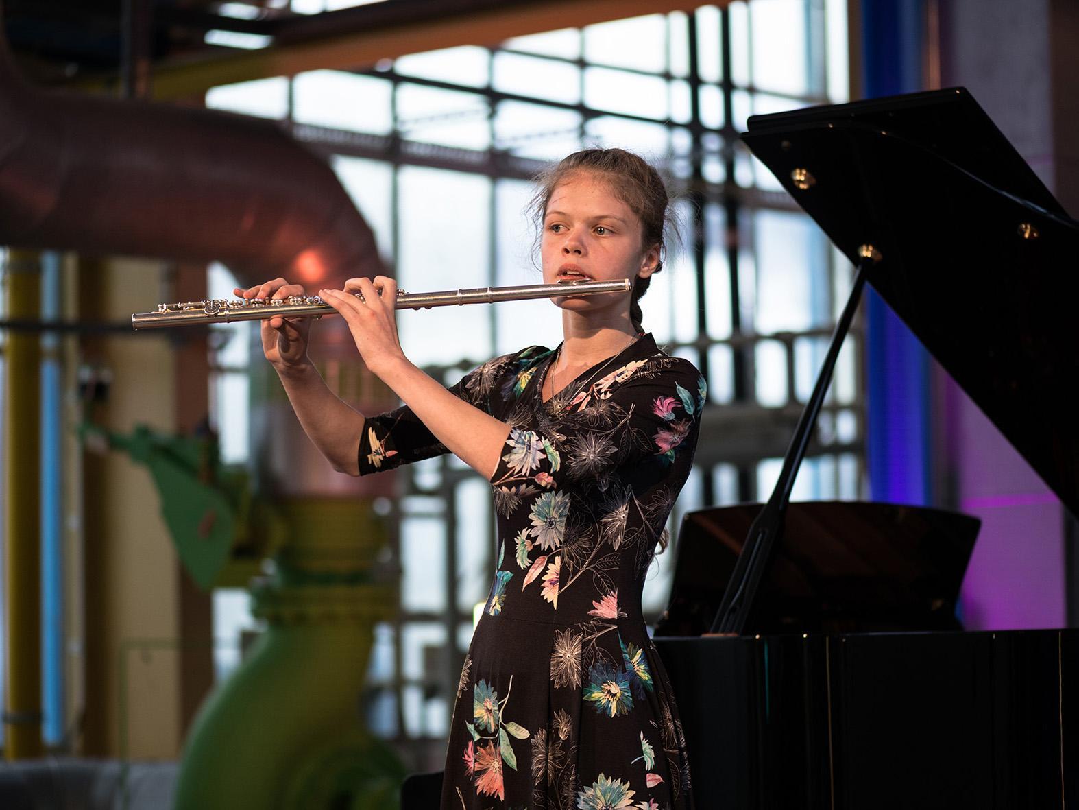 Klassik im Kraftwerk: Meret Louisa Vogel begeistert das Publikum mit ihrer Querflöte.